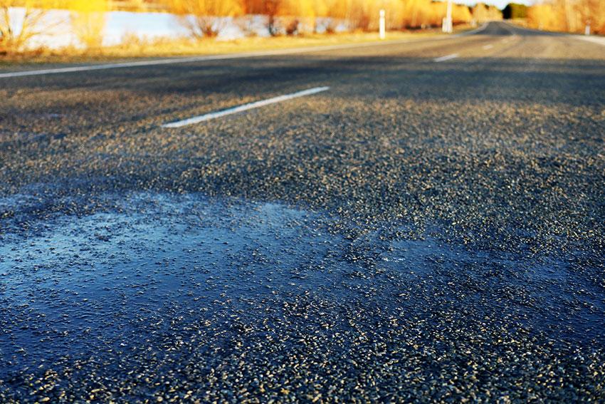 冬は道路が凍結して「ブラックアイス」ができてるのでより安全運転を。