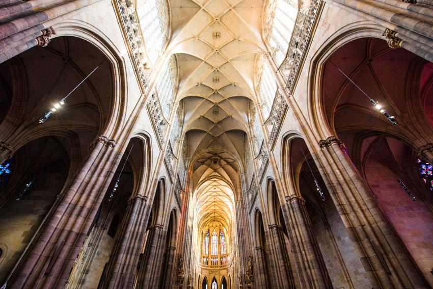 ゴシック建築の特徴、網目状の天井は壁構造のヴォールト天井