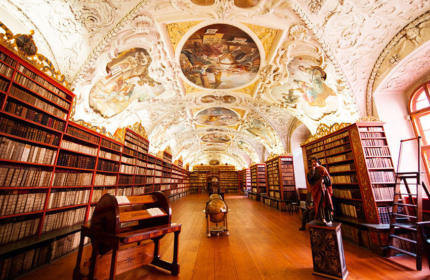 天井がフレスコ画で覆われた「神学の間」
