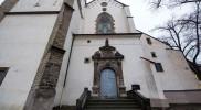 古い教会の隣に出た