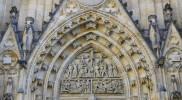 入り口上部の彫刻
