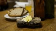 食器もユニーク、木片にパターが乗る
