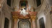 祭壇の上から緑のライトが出ている