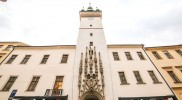 市庁舎の正面モニュメント