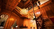 木造の大階段の吹き抜けに豪華なシャンデリア
