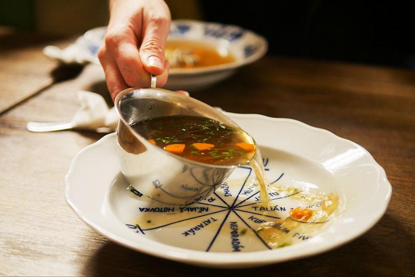 目の前でスープをサーブ