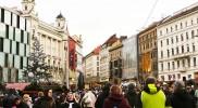 クリスマスムードで賑わうマサリコヴァ通り