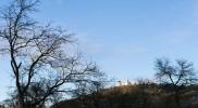 国道から望む「聖なる丘」には教会が建っている