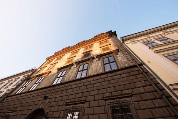 ゴシックの上にルネサンスが増築され、屋根はバロック建築