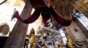 聖ヤン・ネポムツキーの墓碑、5つの星が頭上に輝く
