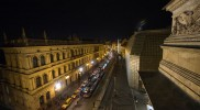 右手に見える四角い建物も国民劇場の一部