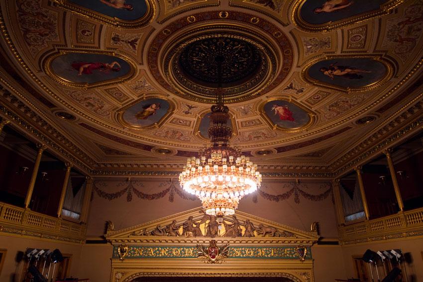舞台の上の金色の文字は「国民が自分自身のために」と刻まれている