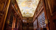 クルミ材の大きな本棚が並ぶ「哲学の間」