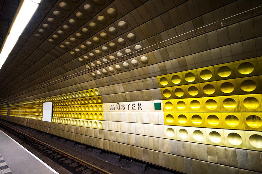 なんとこちらプラハの地下鉄
