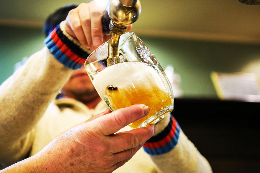 注がれるビールが美しい