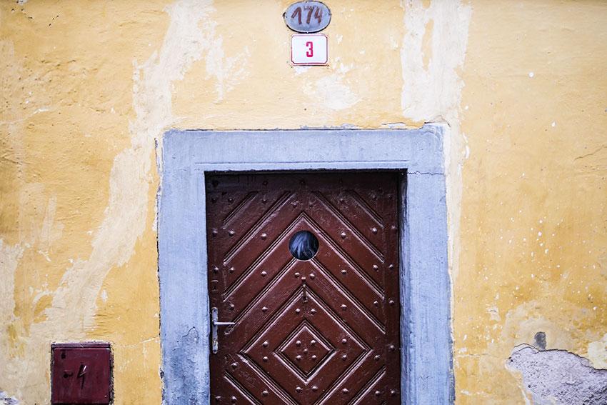 裏路地の家の扉