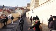 ネルドヴァ通りへ。カメラを向けられると直視せずにはいられないコヤナギ