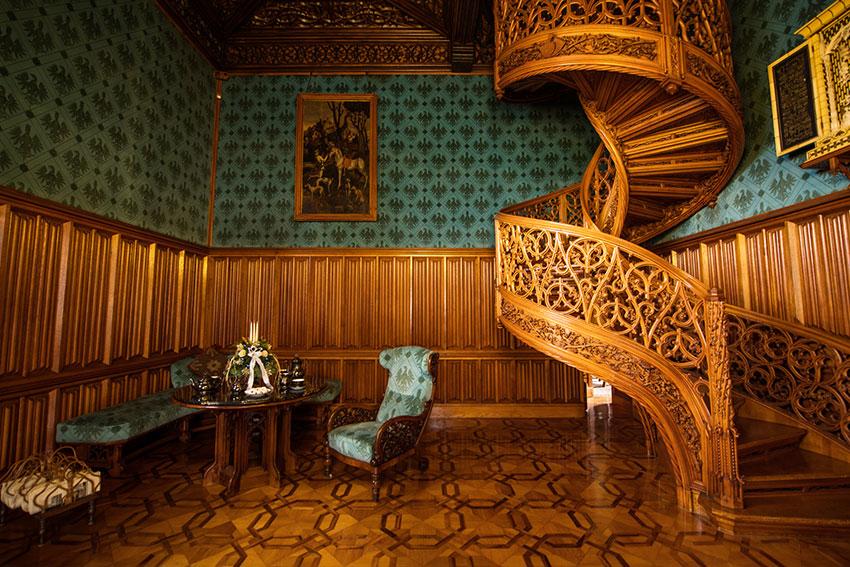 こちらはリビング兼歓談室。階段の下に隠し扉。