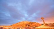 西日に照らされる聖なる丘(スヴァティー・コペチェク)