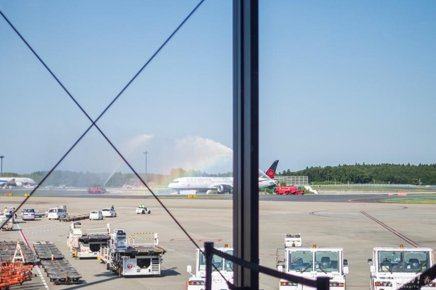 モントリオールからやって来た飛行機AC005便を迎える「歓迎放水」